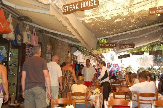 Island Lipsi: Restaurant on a busy back street
