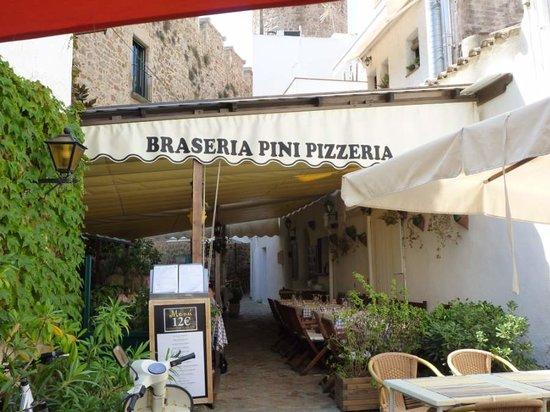 Braseria Pini Pizzeria: Under the walls of the Villa Vela