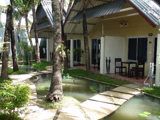 Baan Talay Resort: Garden view bungalow.