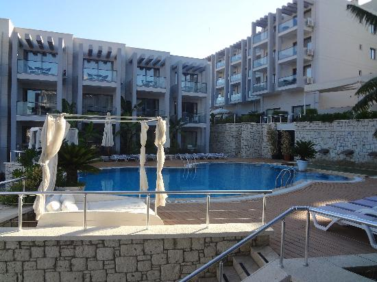 Captain Suites Hotel: Zona piscina
