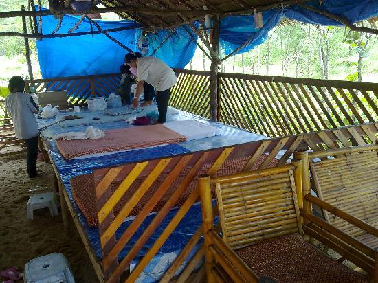 เจดับเบิ้ลยู มาริออต เขาหลัก รีสอร์ท แอนด์ สปา: the local Thai massage on the beach, it's more comfortable then it looks!