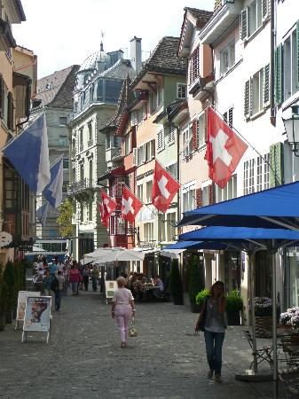 Hotel Rössli: Old Town Street and Flags
