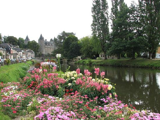 Josselin, Frankrike: Chateau from the canal bank