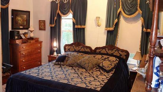 Bryant House Bed & Breakfast: Blue Room