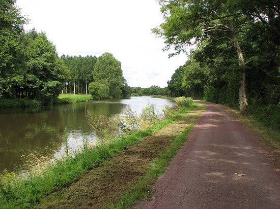 Josselin, Frankrike: The well made path is suitable for walking and cycling