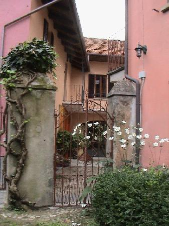 Osteria di San Giulio Bed and Breakfast: L'accesso dal cortile