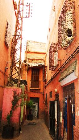Riad Villa Harmonie: The alley leading to the Riad