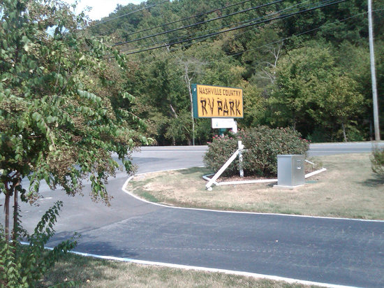 Nashville North KOA: park sign at highway