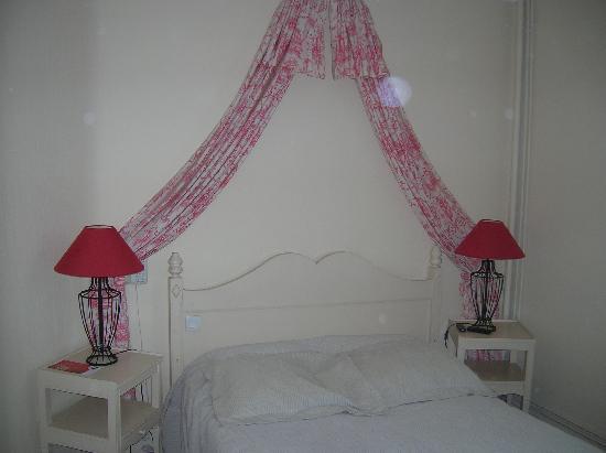 Qualys Hotel L'Auberge du Forgeron : la chambre