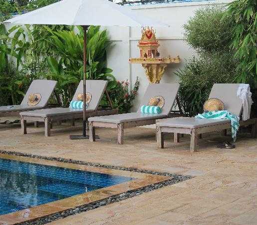 Bambu Battambang Hotel: sun loungers, with sun hats and the spirit house