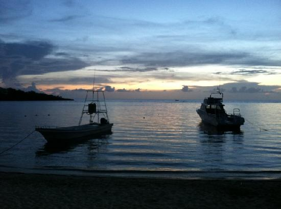 Hotel Chillies: Sunset from just in front of Chillies (NS's dive boats)