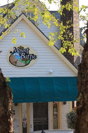 Mount Battie Motel : Outside the main house.