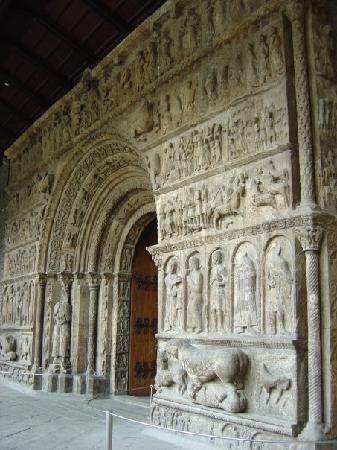Monestir de Santa Maria de Ripoll: Pórtico de la entrada al monasterio