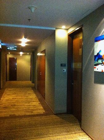 โรงแรมเทรดเดอร์ กัวลาลัมเปอร์: corridor outside our room