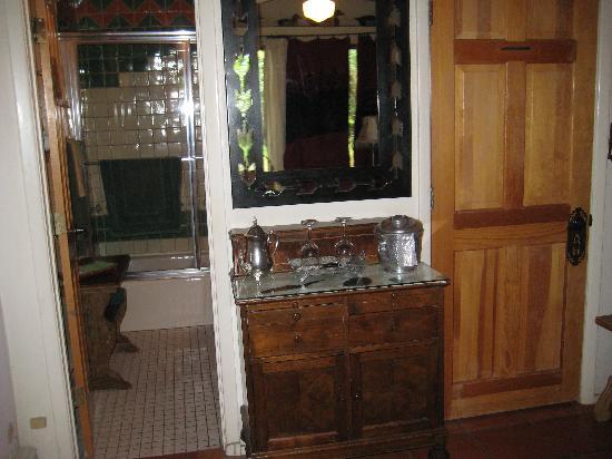 Touchstone Inn: closet/ dresser in #4