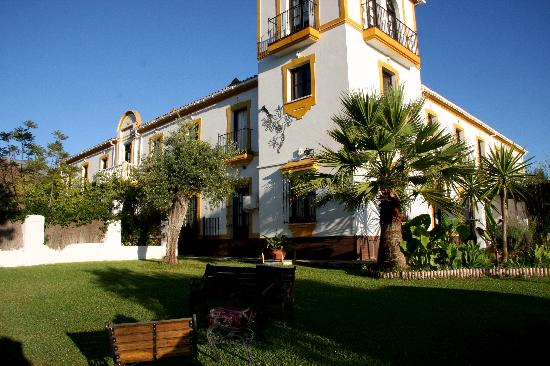 Hotel Cerro de Hijar: view of the hotel from front garden
