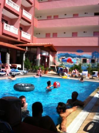 Hotel Kivilcim: fun in pool