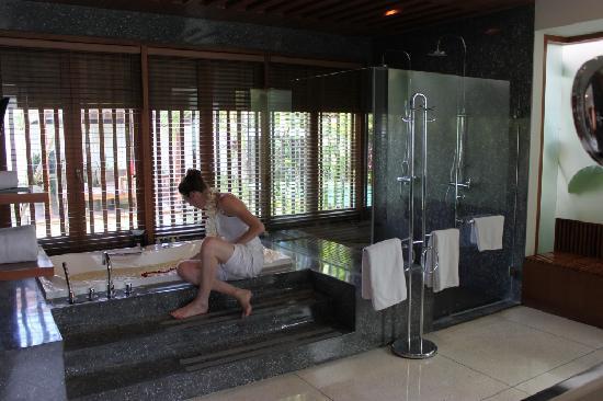 เดอะซามายา บาหลี: Bathrooms, twin monsoon showers - and heart-shaped petals in bath!