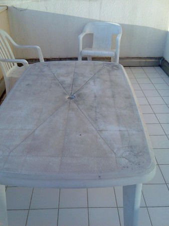 Resideal Antibes : table de jardin (un comble)