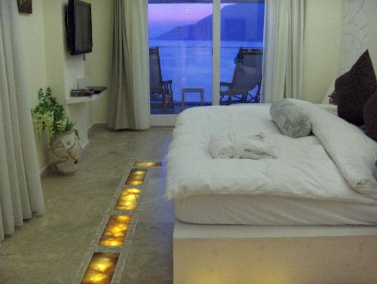Peninsula Gardens Hotel: Floor lights round the bed!