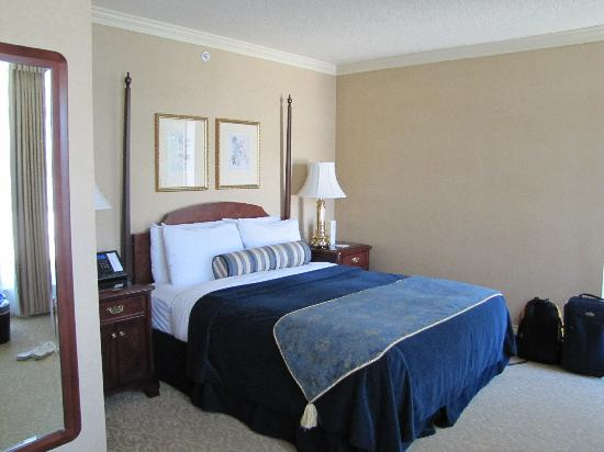 Magnolia Hotel And Spa: Hhuge Bed