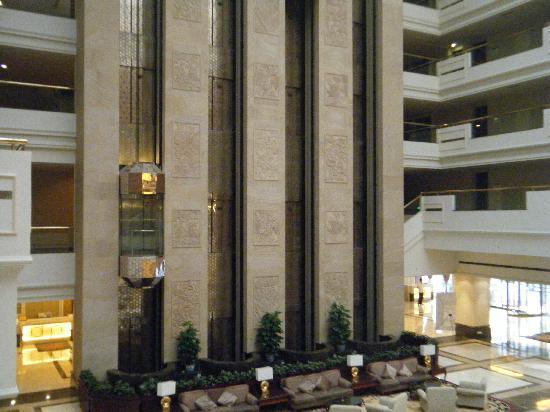 โรงแรมเชอราตัน กุ้ยหลิน: le hall avec les ascenseurs transparents