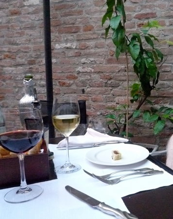La Corte dei Leoni Enoteca Ristorante: Elegant tables