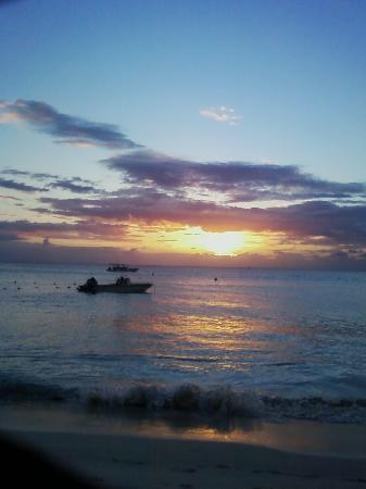 Yard Beach House: Seasplash Resort Sunset