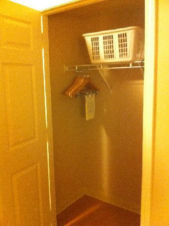 Candlewood Suites Lakewood: Closet