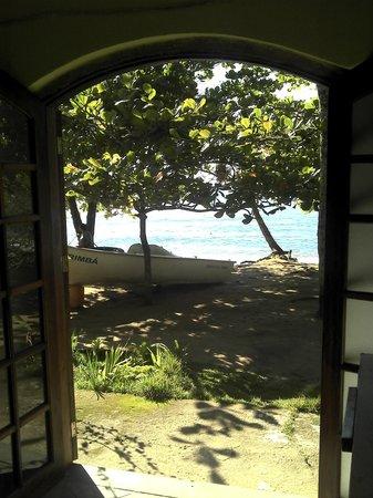 Hospedagem Acorde: porta do bar para a praia