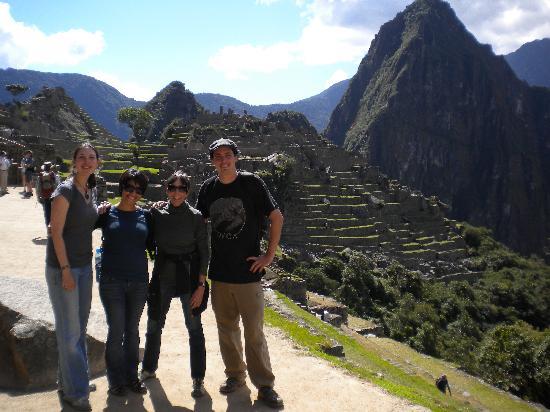 มาจูปิจู: With some new friends met through a Peru For Less Trip; At Machu Picchu