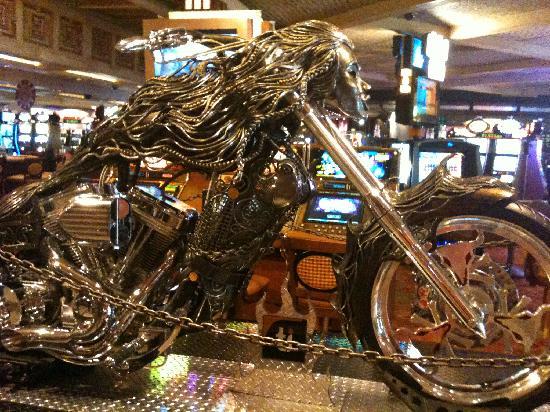 โรงแรมเดอะมิราจ & คาสิโน: Motorcycle in lobby of TI next door