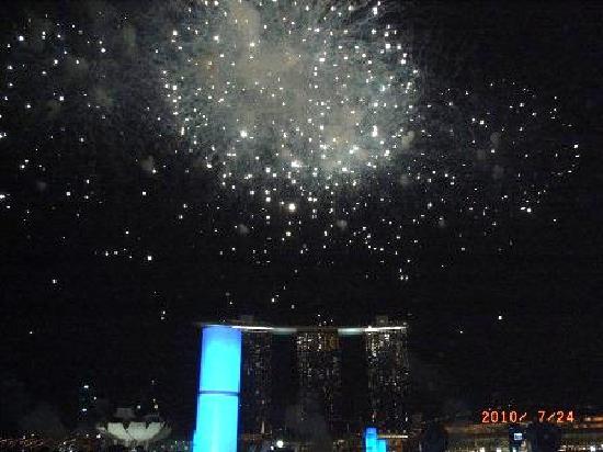 มารีน่าเบย์ แซนด์ สกายปาร์ค: 花火を背景にしたスカイパーク