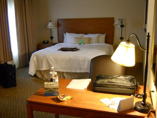 Hampton Inn & Suites Greeley : Desk & Bed