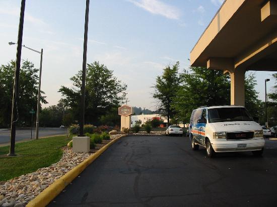 Hampton Inn Charlottesville: Front of Hotel