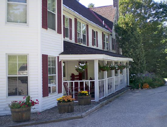 Cranmore Mountain Lodge Bed and Breakfast: Front Entrance to the B & B