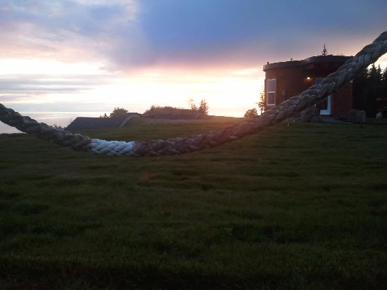 Kenai Peninsula Suites: Sunset..the round building is the access to the two subterranean units