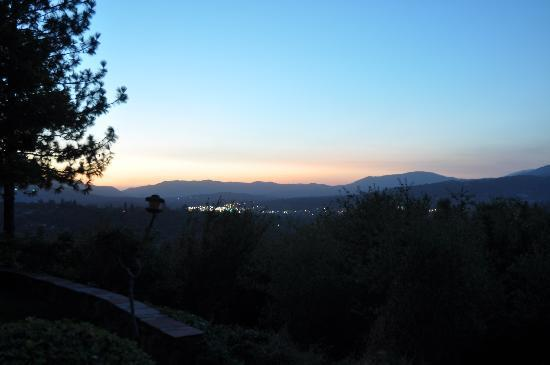 Vulture's View Bed and Breakfast: Sunset across Oakdale valley