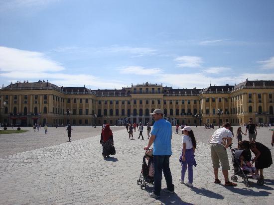 พระราชวังเชินบรุนน์: The palace from the entrance