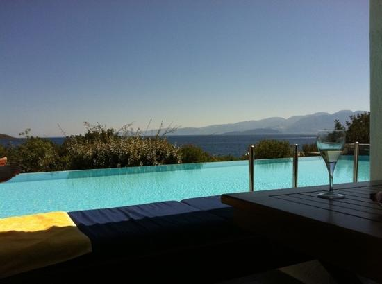 Elounda Beach Hotel & Villas: view from balcony of shared pool