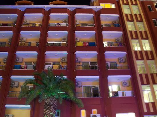 Vela Hotel Icmeler: Вид на вечерний отель