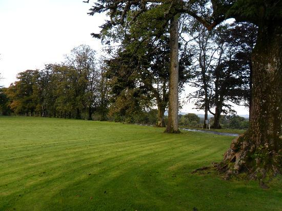 Best Western Dryfesdale Country House Hotel: the front lawn of the dryfesdale