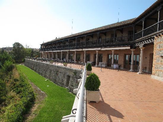 Parador de Toledo: Balcones de la cuarta planta. Terraza del restaurante.