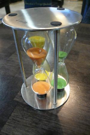 Jumieges, Francia: Un amusant triple sablier pour calculer l'infusion des thés en fonction de sa couleur : vert (po