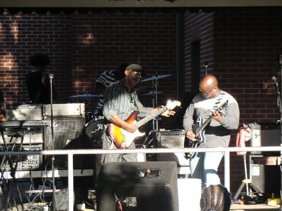 Beale Street: un groupe dans le square, terrible !!!