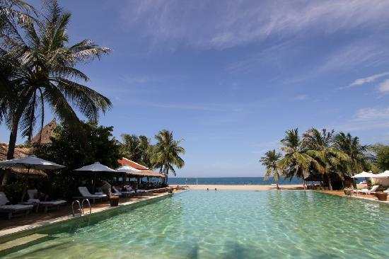 Evason Ana Mandara Nha Trang: Big pool next to beach restaurant