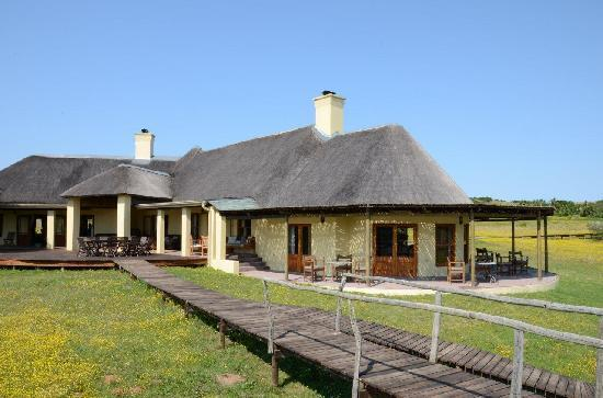 Hlosi Game Lodge: Overall view on the main lodge