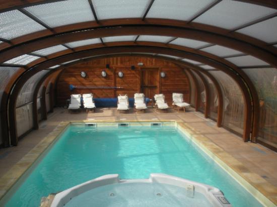 La piscine couverte et le jacuzzi photo de hotel les - Piscine couverte lyon ...