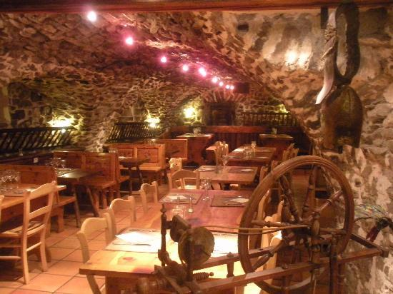Hotel Les Autanes : Le restaurant dans une ancienne écurie