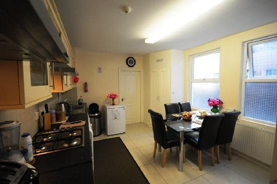 FlexiStay Aparthotel Tooting London: shared kitchen